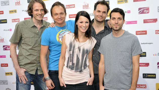 Christina Stürmer mit ihrer Band (Bild: APA/HANS PUNZ)