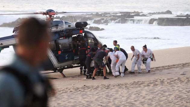 Der verletzte Surfer kam mit dem Leben davon. (Bild: APA/AFP/RICHARD BOUHET)