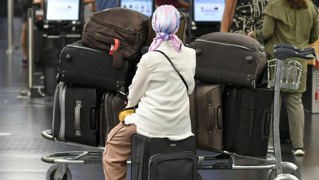 Viele Reisende mussten stundenlang mitsamt ihrem Gepäck auf die Abfertigung warten. (Bild: APA/HERBERT NEUBAUER)