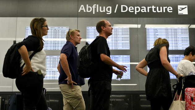 Hunderte Reisende saßen am Flughafen Wien fest (Bild: APA/HERBERT NEUBAUER)