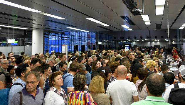In der Abflughalle bildeten sich Menschentrauben vor den Schaltern. (Bild: APA/HERBERT NEUBAUER)