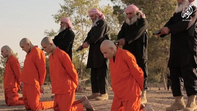 Kinder und Alte m�ssen IS-Gefangene exekutieren (Bild: YouTube.com)