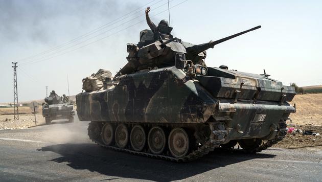 Ein türkischer Panzer in Syrien (Bild: AP)