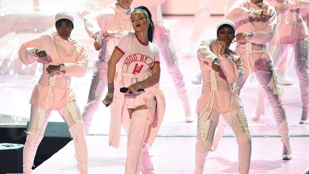 Rihanna lieferte nicht nur die Eröffnung, ... (Bild: Charles Sykes/Invision/AP)