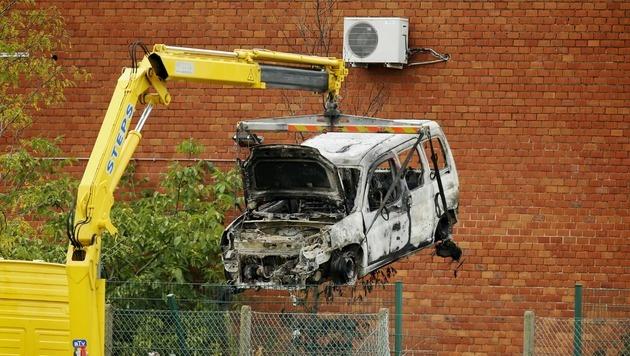 Mit diesem Auto durchbrachen die Täter mehrere Absperrungen vor dem Kriminalinstitut. (Bild: APA/AFP/BELGA/THIERRY ROGE)