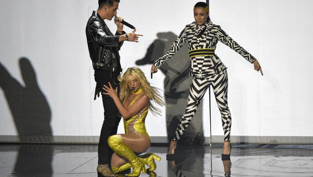 Im gelben Body performte sie gemeinsam mit Rapper G-Eazy. (Bild: Chris Pizzello/Invision/AP)