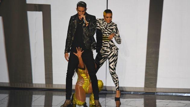 Ein beherzter Griff in den Schritt des Rappers war auch dabei. (Bild: Chris Pizzello/Invision/AP)