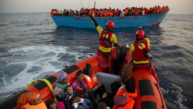 6500 Flüchtlinge aus dem Mittelmeer gerettet (Bild: AP)