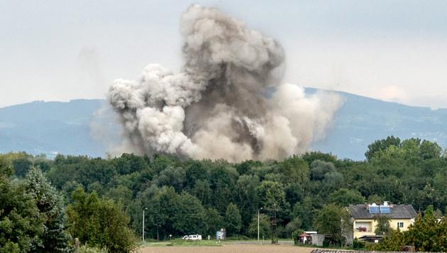 Bei der kontrollierten Sprengung der Fliegerbombe stieg eine riesige Staubwolke auf. (Bild: APA/FOTOKERSCHI.AT)