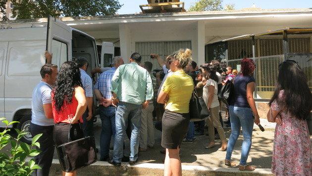 Vor den Zoogebäude herrscht ein Gedränge interessierter Lokalmedien. (Bild: dez)
