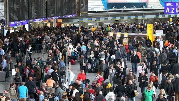 Frankfurt: Entwarnung nach Bombenalarm am Airport (Bild: APA/AFP/DANIEL ROLAND)