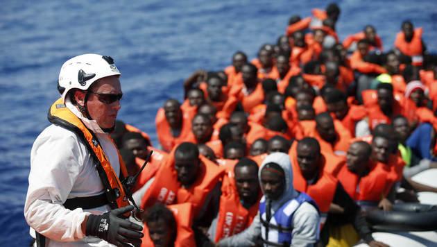 Vor Maltas Küste gerettete Flüchtlinge aus Libyen (Bild: APA/AFP/ITALIAN RED CROSS/YARA NARDI)