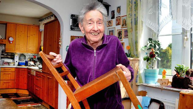 Dieser Sessel ist alles, was Ilona  (72) aus ihren Kindheitstagen geblieben ist. (Bild: Franz Crepaz)