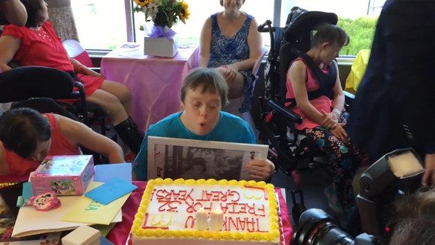 Riesenparty für Mitarbeiterin mit Down-Syndrom (Bild: Screenshot YouTube)
