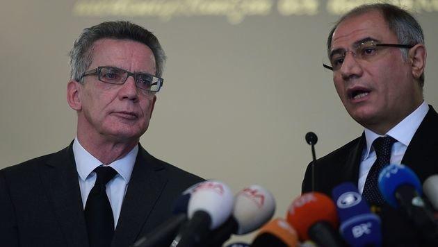 Efkan Ala bei einer gemeinsamen Pressekonferenz mit dem deutschen Innenminister Thomas de Maiziere (Bild: APA/AFP/BULENT KILIC)