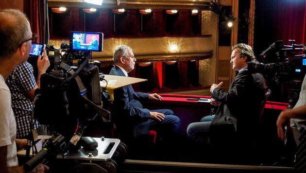 Hanno Settele trifft die Bundespräsidentschaftskandidaten in der Burgtheater-Loge. (Bild: ORF)