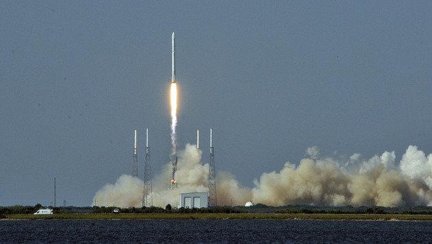So eine Falcon-9-Rakete ist explodiert. (Bild: APA/AFP/AFP PHOTO/BRUCE WEAVER)