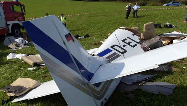 Die mit drei Personen besetzte Maschine stürzte kurz nach dem Start in Leutkirch ab. (Bild: APA/dpa/Stefan Puchner)
