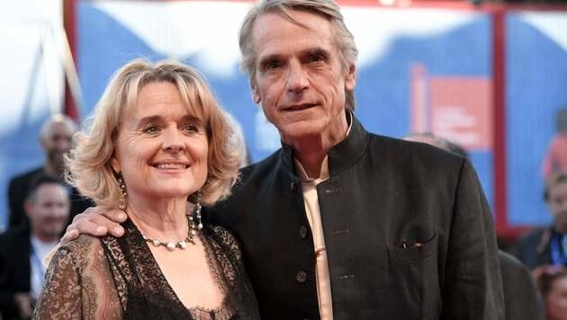 Jeremy Irons mit seiner Ehefrau (Bild: AFP)