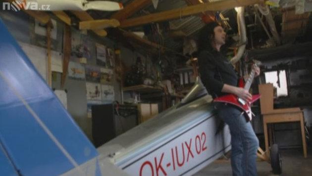 Tschechischer Rocker baut Flugzeug für Arbeitsweg (Bild: TV Nova)