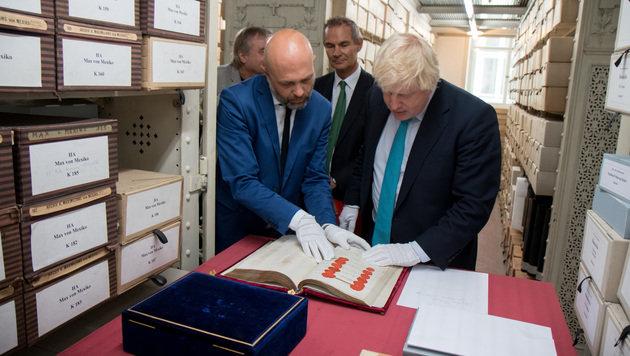 Boris Johnson stattete auch dem Staatsarchiv einen Besuch ab. (Bild: APA/ALEX HAMMOND)