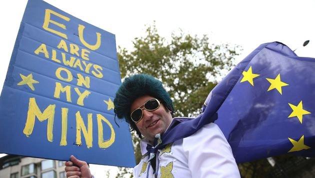 Tausende Briten bei Demo gegen Brexit (Bild: APA/AFP/JUSTIN TALLIS)