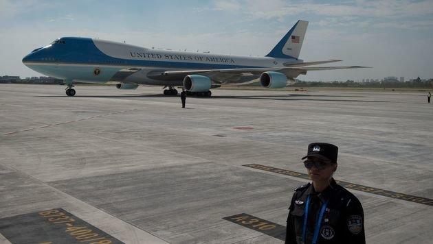 Die bewachte Air Force One nach der Landung in Hangzhou (Bild: APA/AFP/NICOLAS ASFOURI)