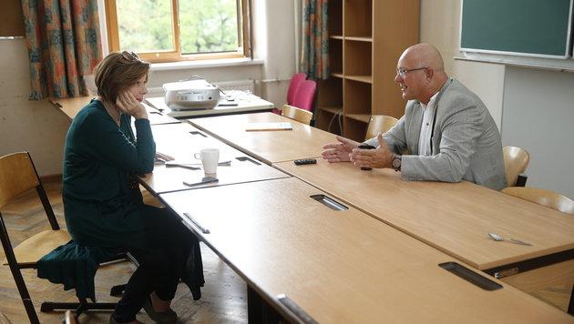 Für das Gespräch mit Conny Bischofberger hat Niki Glattauer ein Klassenzimmer gewählt. (Bild: Reinhard Holl)