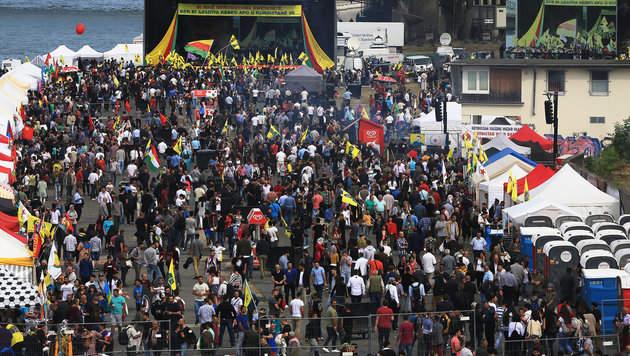 30.000 Teilnehmer bei Kurden-Demo in Köln (Bild: APA/dpa/Oliver Berg)