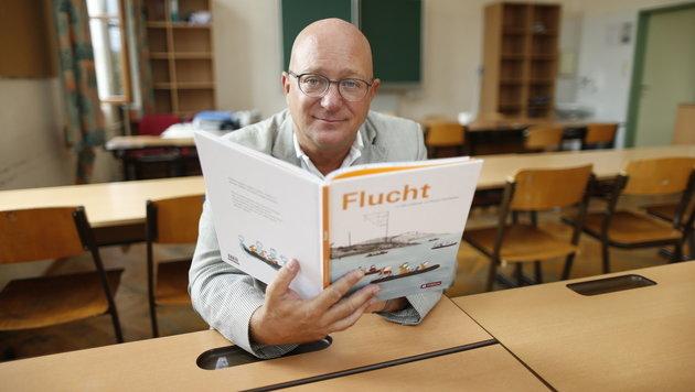 """Niki Glattauer mit seinem neuen Buch """"Flucht"""" (Bild: Reinhard Holl)"""