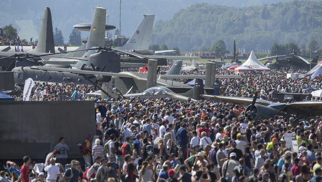 300.000 Besucher erlebten spektakuläre Airpower16 (Bild: APA/ERWIN SCHERIAU)