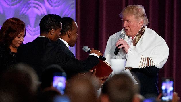 Trump durfte sogar eine Predigt vorlesen. (Bild: ASSOCIATED PRESS)