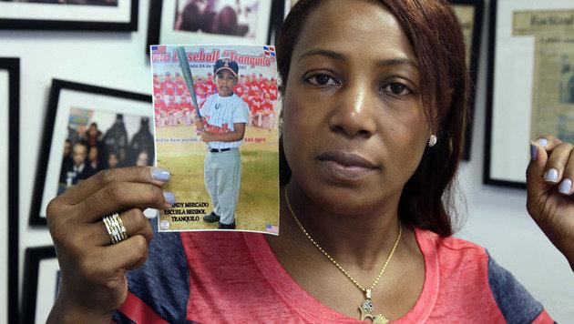 Maribel Martinez mit einem Foto ihres Sohnes Andy (Bild: AP)