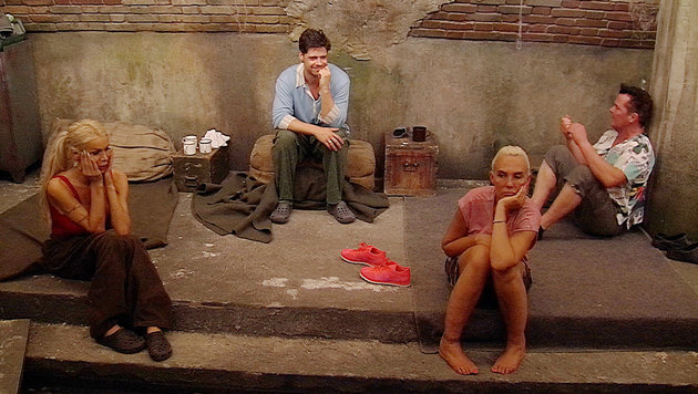 Miese Stimmung in der Kanalisation bei Edona, Stephen, Natascha und Marcus (v. li.) (Bild: SAT.1)