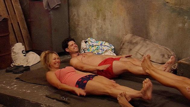Dolly und Stephen machen Bauchmuskeltraining. (Bild: SAT.1)