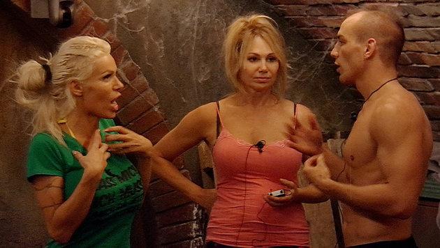 Edona (li.) ist sauer und beschimpft Dolly und Frank. (Bild: SAT.1)