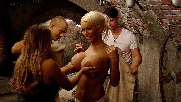 Jessica (li.) fühlt die operierten Brüste von Edona. (Bild: SAT.1)