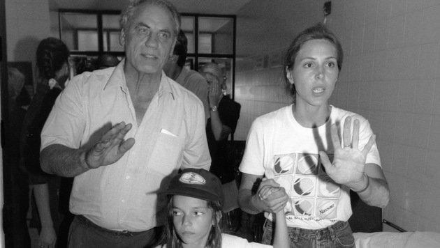 Ryke Geerd Hamer mit der sechsjährigen Olivia und deren Mutter Erika im Jahr 1995 (Bild: Andi Schiel)