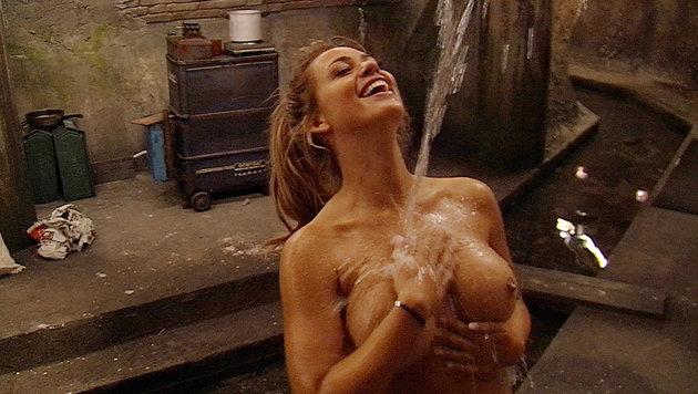 Jessica freut sich über die Dusche. (Bild: SAT.1)
