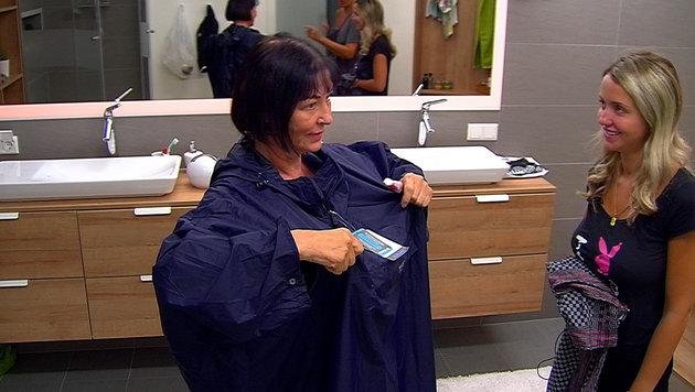 Isa erklärt ihren Dusch-Poncho. (Bild: SAT.1)