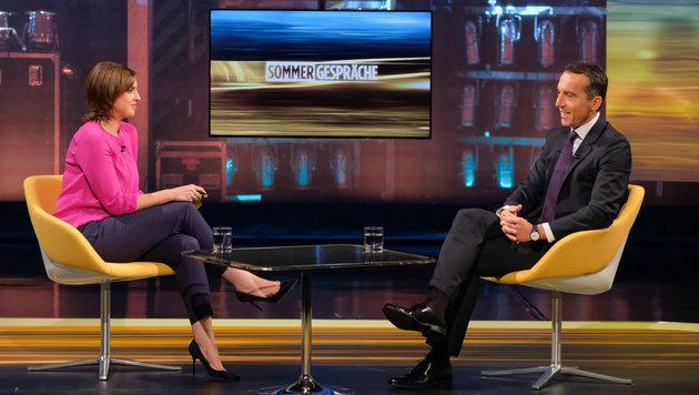 Bundeskanzler Christian Kern mit ORF-Moderatorin Susanne Schnabl (Bild: ORF)