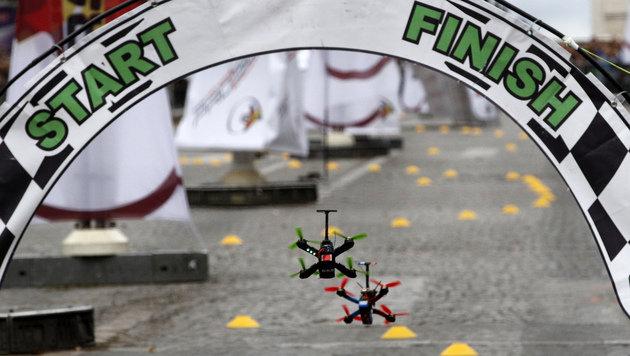 Drohnen erobern Pariser Champs-Elysées (Bild: AP)