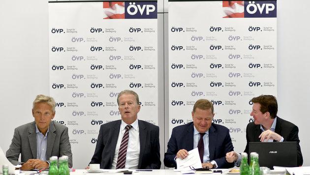ÖVP-Klubchef Reinhold Lopatka, Mitterlehner, Amon, McDonald (Bild: APA/HERBERT NEUBAUER)