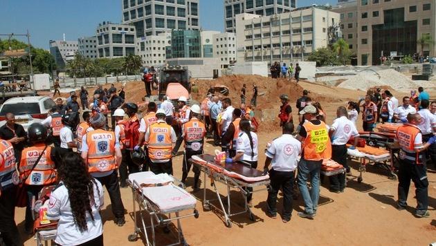 Tiefgarage eingestürzt: Mindestens zwei Tote (Bild: APA/AFP/GIL COHEN-MAGEN)