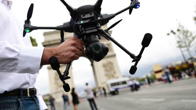 Drohnen erobern Pariser Champs-Elysées (Bild: AFP)