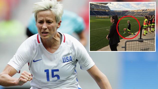 Stiller Protest: US-Kickerin kniet bei Hymne! (Bild: AP, twitter.com)