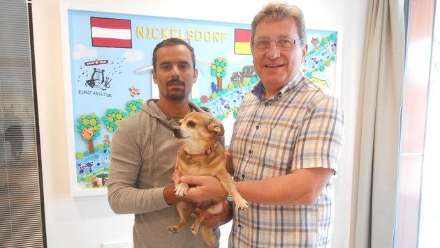 """Helfer Abbas und der Bürgermeister mit Chihuahua-Dame """"Dixie"""" (Bild: Christian Schulter)"""