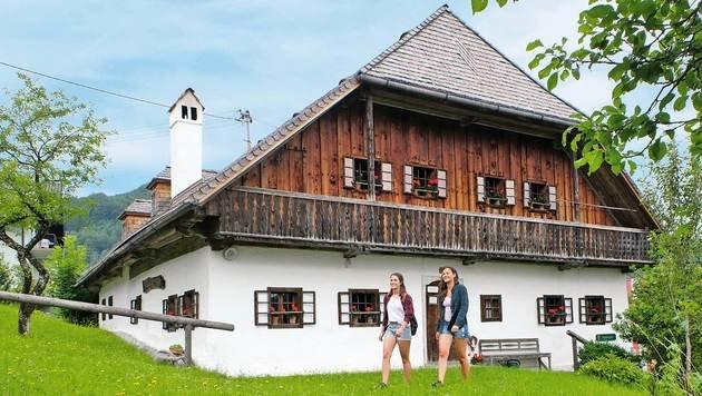 Bei der Wanderung kommt man immer wieder an wunderschönen alten Bauernhäusern vorbei. (Bild: Chris Koller, Kronen Zeitung)