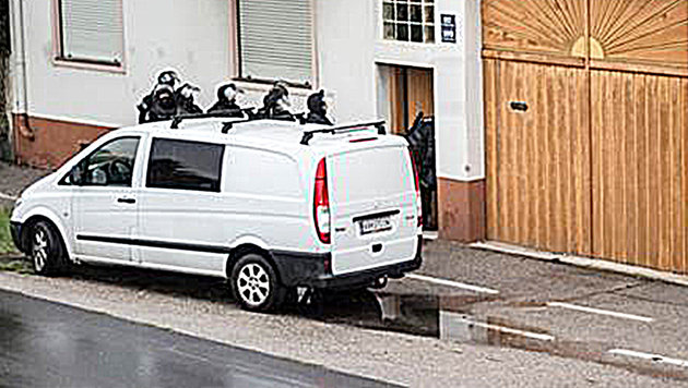 """Waffennarr verschanzte sich in Haus - Festnahme (Bild: """"Krone"""")"""