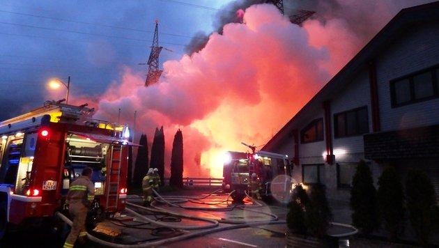 Großbrand in Tischlerei hielt Helfer in Atem (Bild: FF-Kaprun)